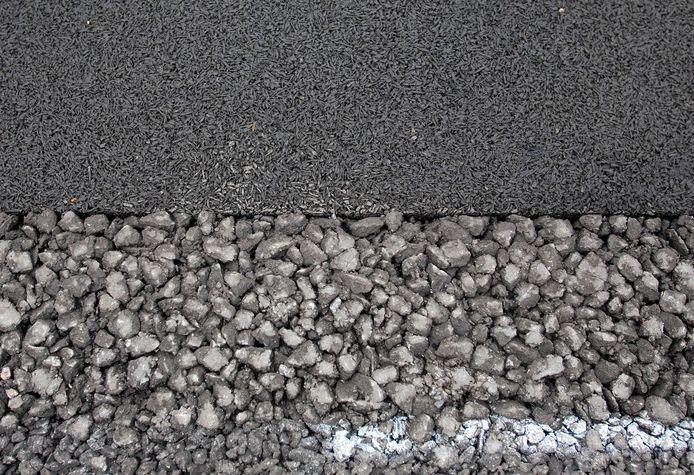 Beeld ter illustratie: Een proeftraject met normaal (onder) en ultrastil asfalt (boven).
