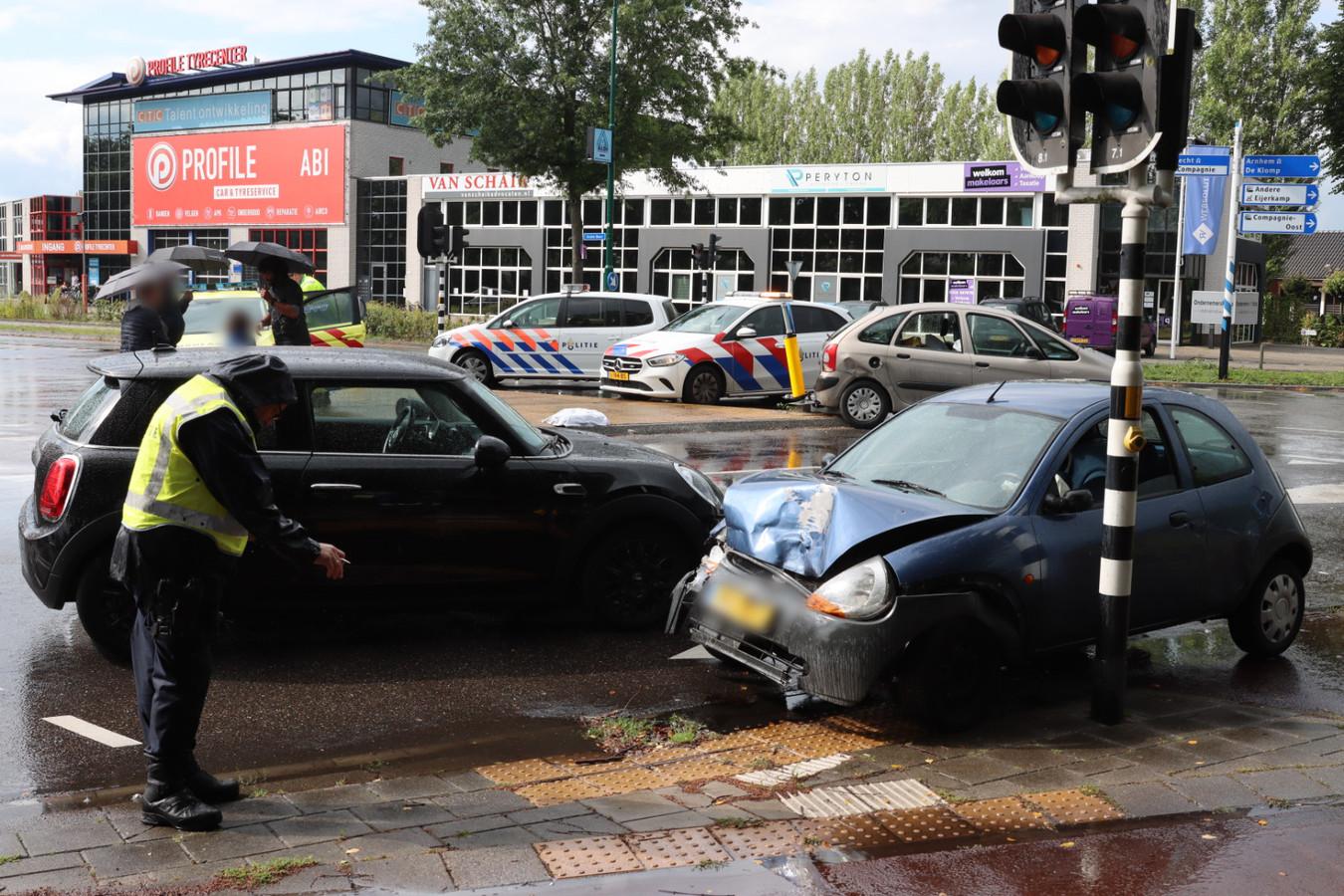 Bij het ongeval op de kruising van de Grote Beer en de Stationsstraat in Veenendaal waren drie auto's betrokken.