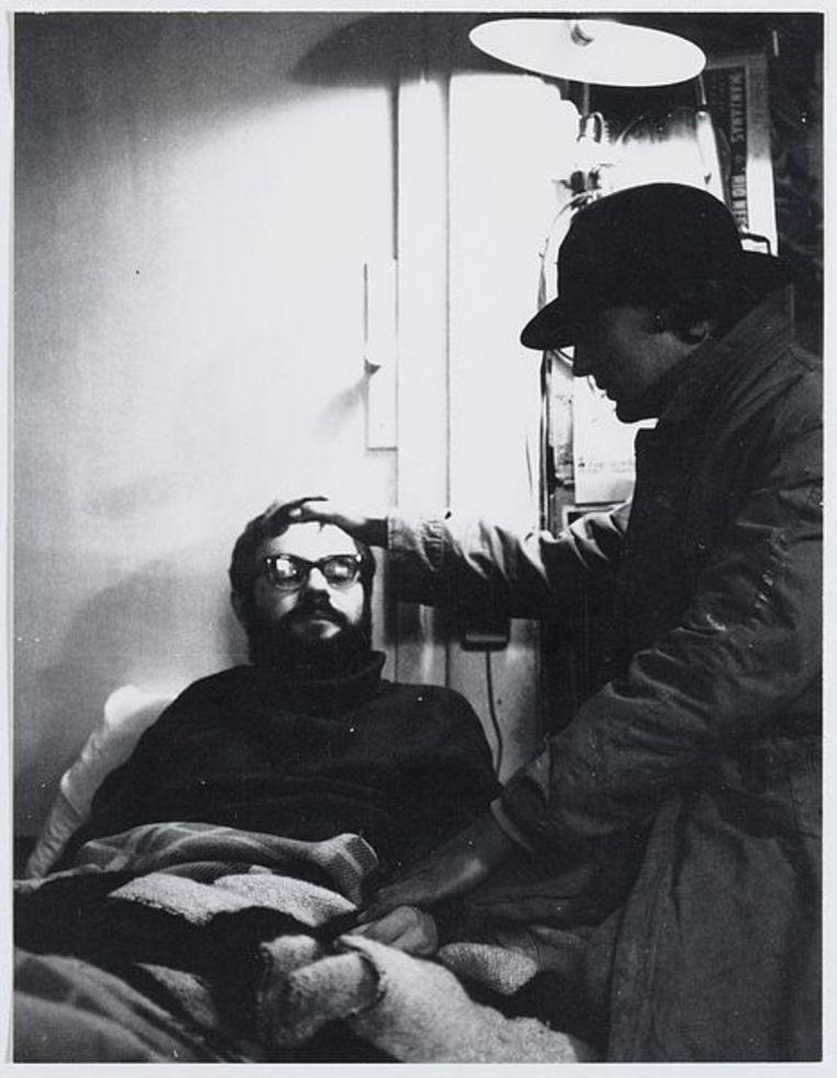 Jasper Grootveld op ziekenbezoek bij van Roel Duyn. Roel van Duyn was gemeenteraadslid voor Provo van 1969 tot 1970, 1970 (ca.). Foto J.M. Arsath Ro'is Beeld