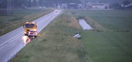 Auto in sloot bij N267 Wijk en Aalburg, bestuurder is spoorloos
