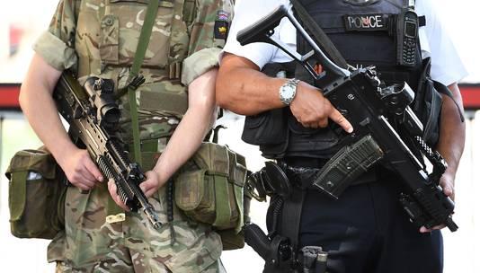 Militairen en politie patrouilleren voor het parlementsgebouw in Londen.