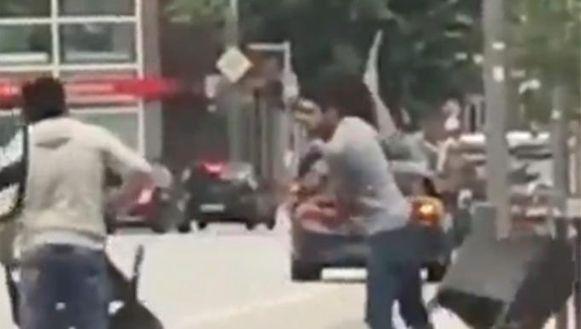 Omstanders bekogelen de 26-jarige dader met terrasstoelen.