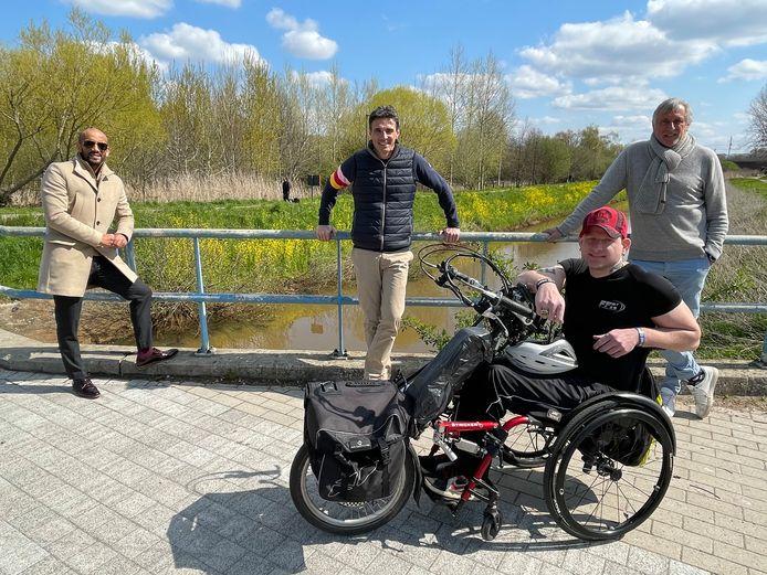 Piet den Boer (rechts) vormt een team met G-sporter Kevin Maertens voor de TritoChange. Met ook Sportschepen Abdrahman Labsir en organisator Olivier Smekens.