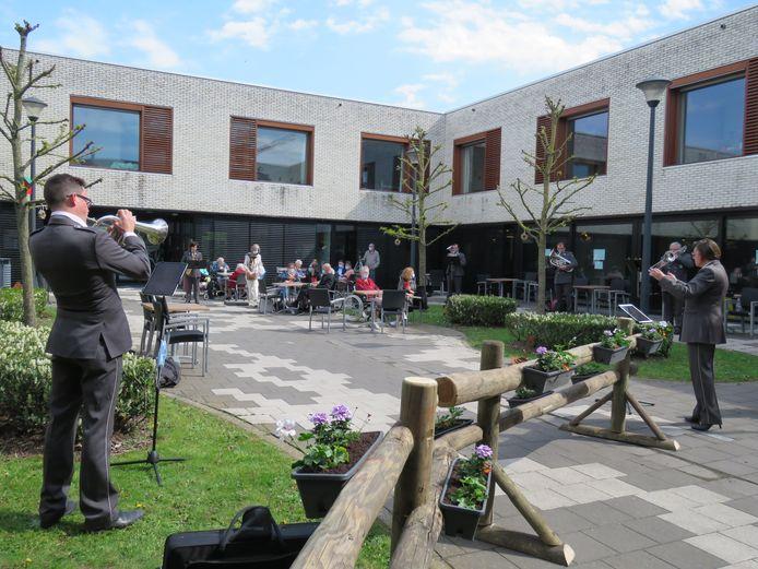 De muzikanten van De Zwaan lieten zich horen aan WZC 't Hof.