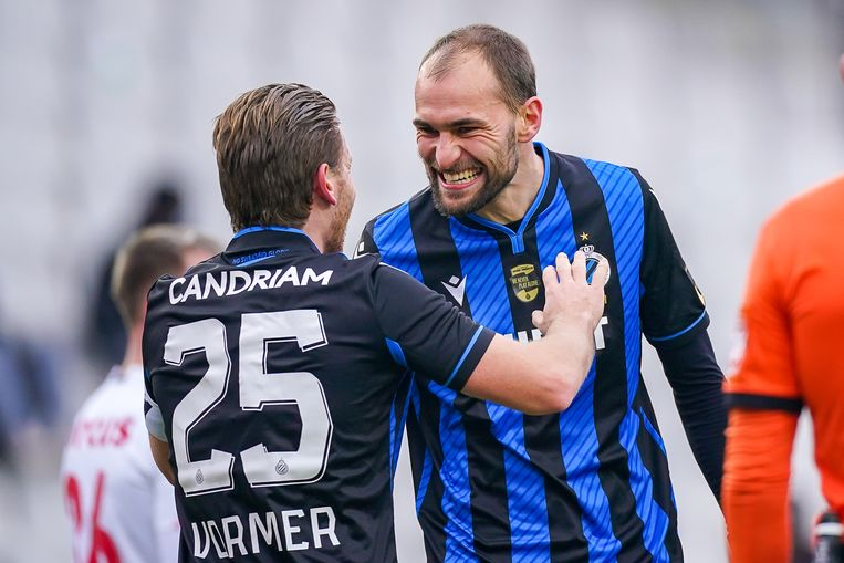 Bas Dost viert zijn doelpunt tegen Standard Luik met Ruud Vormer. Beeld BSR Agency