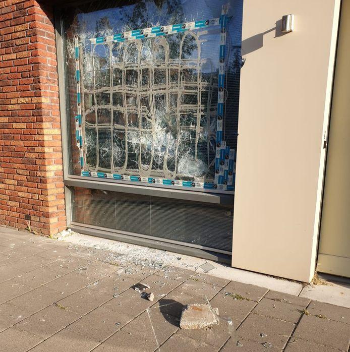 In de Curaçaostraat in Tilburg werd vorig jaar een raam vernield door een verward persoon.