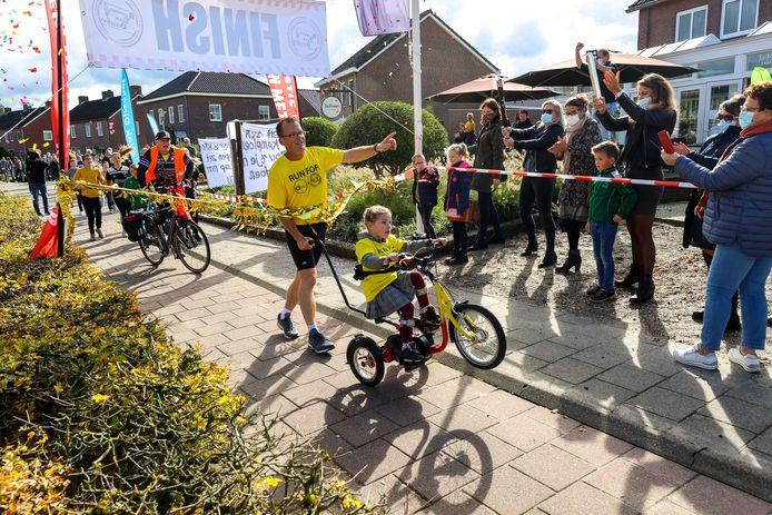 Barry Smetsers uit Spoordonk wordt binnengehaald op zijn tiende marathon. Hij heeft afgelopen 10 dagen 10 marathons gelopen voor het goede doel.