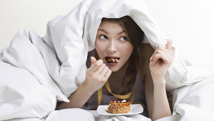 Vermoeidheid zorgt voor een verandering in de hormonen die onze eetlust controleren. Die wijziging zorgt ervoor dat we meer eetlust krijgen.