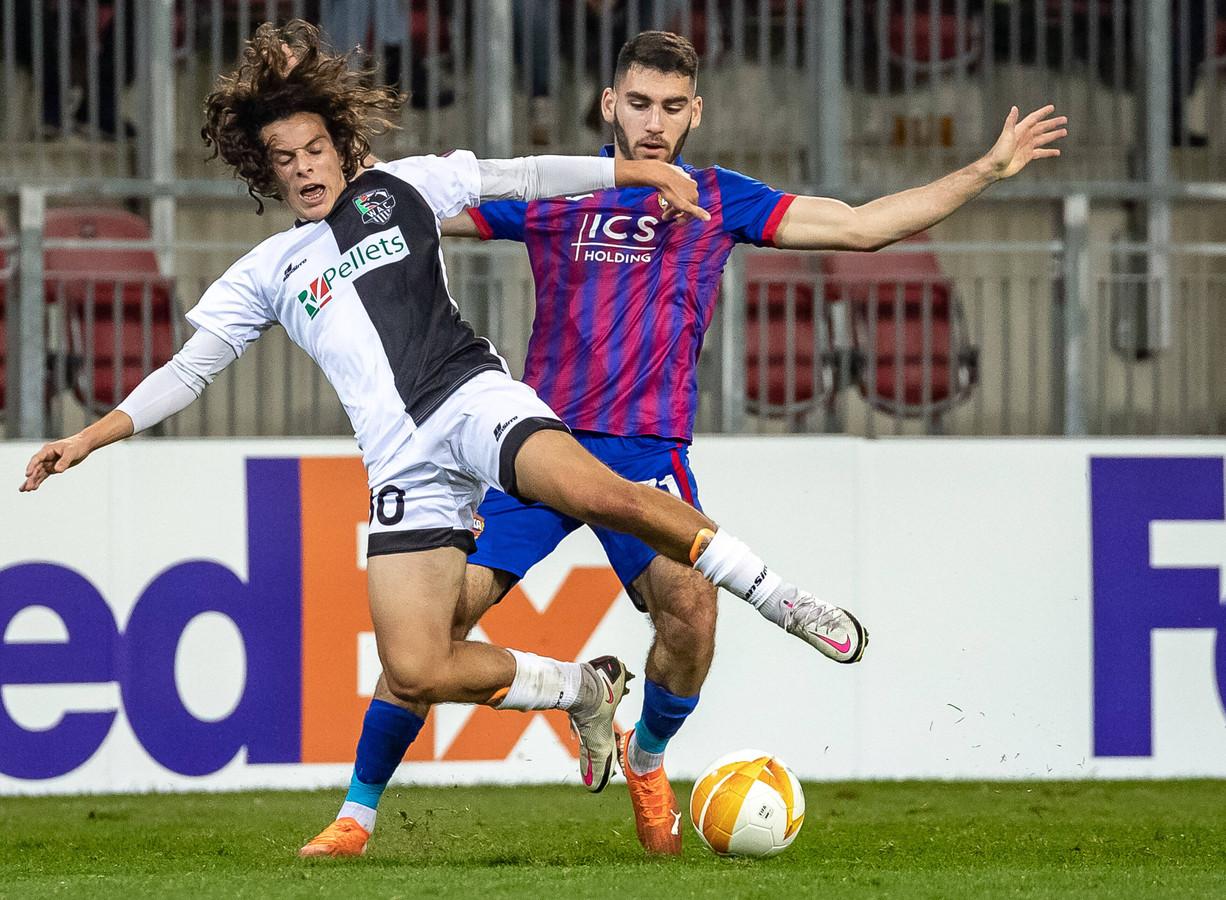 Matthaeus Taferner (l) namens Wolfsberger AC in duel met CSKA Moskou-speler Nayair Tiknizyan.