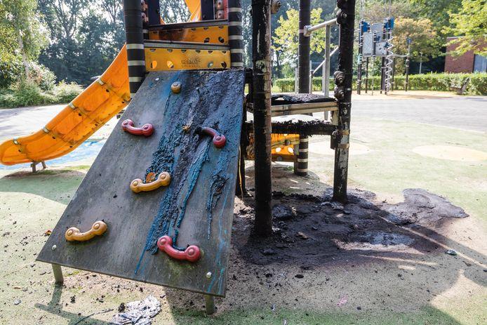 Het speeltoestel bij een buurthuis in Leidschendam is zaterdagnacht in brand gestoken.