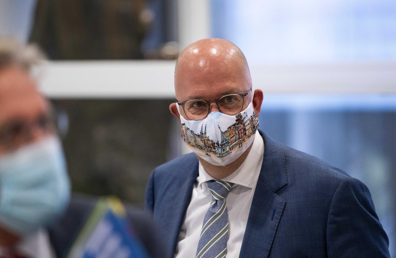 Burgemeester Jack Mikkers van Den Bosch met het door Marion Janssen-Quaadvliet uit Vught ontworpen mondkapje.