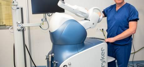Nieuwe heup of knie? Robotarm Mako doet de operatie