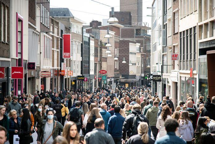 Drukte in de winkelstraten van het Nijmeegse centrum op de eerste zaterdag na de versoepelingen van de coronamaatregelen.