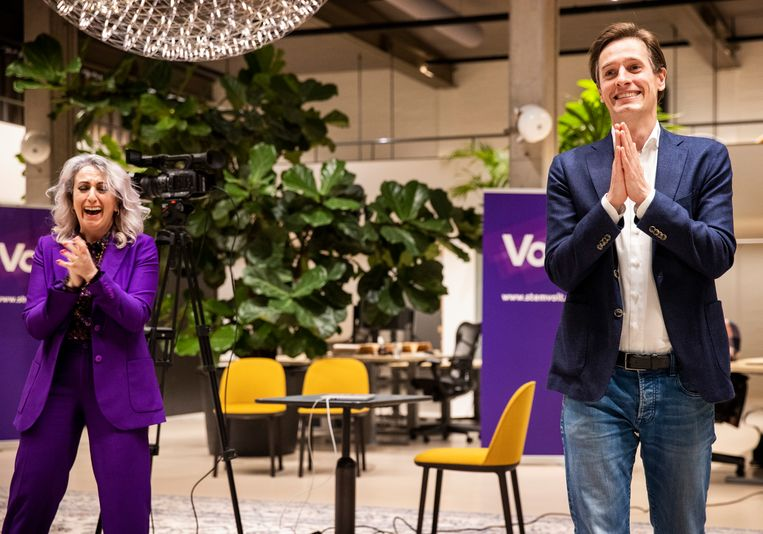 Volt lijsttrekker Laurens Dassen en de nummer 2 Nilüfer Gündoğan, terwijl de resultaten van de eerste exit poll binnenkomen.   Beeld Jiri Büller