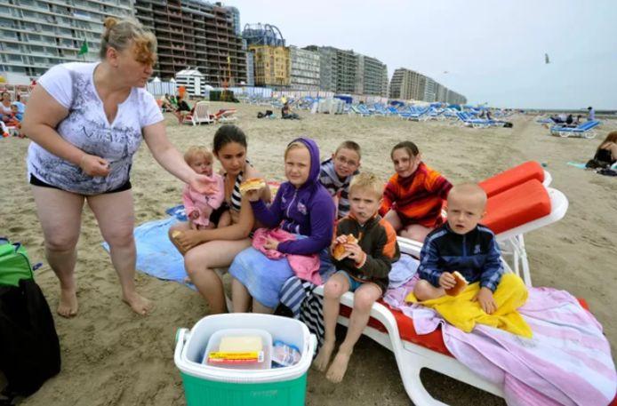 """Le retour des touristes """"frigobox"""" agace les bars de plage, qui ne peuvent ouvrir leurs terrasses ni vendre de l'alcool."""
