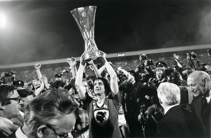 Willy van der Kuijlen met de UEFA Cup na de gewonnen finale tegen Bastia.