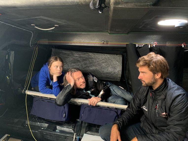 KLimaatactiviste Greta Thunberg met haar vader en Skipper Boris Herrmann aan boord van de zeilboot die hen de Atlantische Oceaan moet overbrengen.