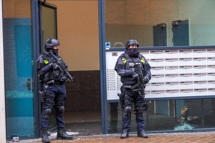 Na het ontdekken van het drugslab in een flat aan de Amerikalaan werd het pand door zwaarbewapende agenten beveiligd.