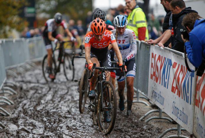 Inge van der Heijden trekt zich door de moddercross in Gieten, maar ze houdt helemaal niet van dit soort crossen.
