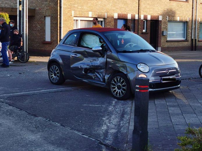 Op een kruispunt op de Tuinwijk in Meulebeke kwam het tot een botsing tussen 2 auto's. De Fiat 500 werd in de rechterflank gegrepen.
