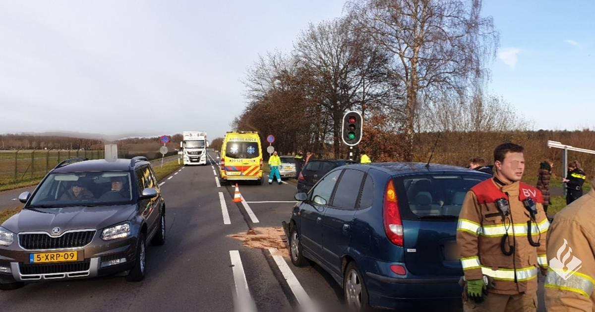 Kop-staartbotsing met drie personenautos in Rijen, Bladelse naar het ziekenhuis.