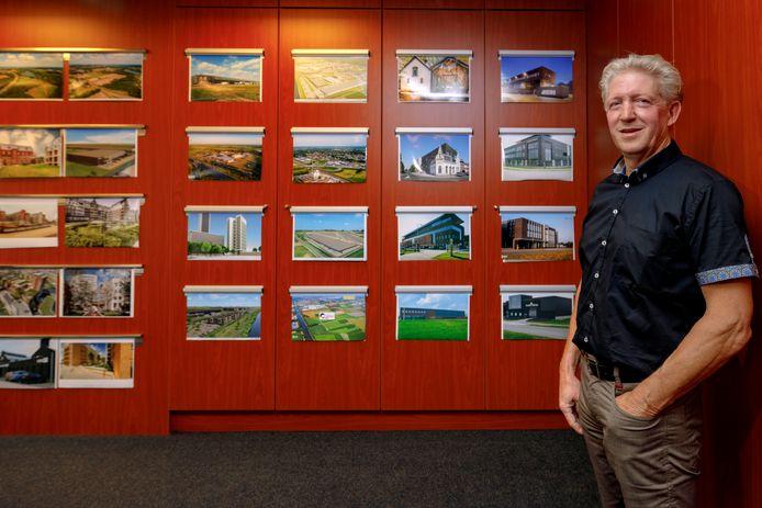 Hendrik Roozen voor de fotowand van projecten van zijn ontwikkel-/bouwbedrijf.
