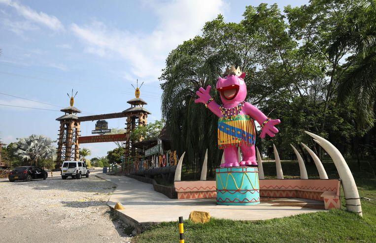 Een groot beeld van een nijpaard bij de ingang van het themapark Hacienda Napoles. Beeld AP