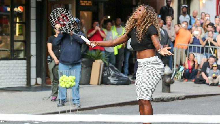Serena Williams en David Letterman tennissen op de straten van New york. Beeld PHOTO_NEWS