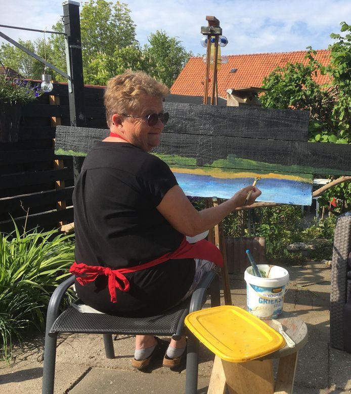 """Annie Roggeveen aan het werk in haar tuin: ,,Ik zei al tegen mijn man: ik heb 'm blijkbaar goed geschilderd. En toch voelt het niet goed."""""""