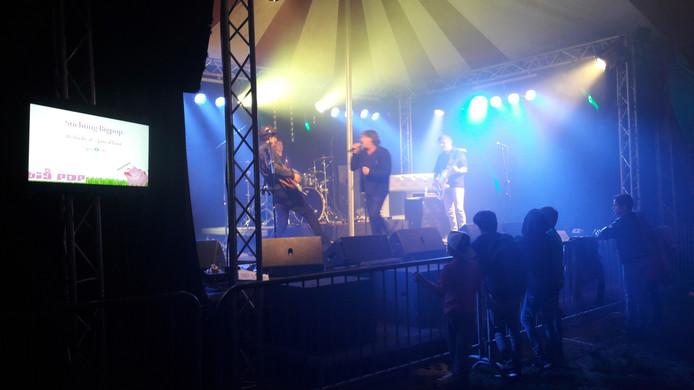 De Amstel Live Band zette de feesttent van Bigpop op zijn kop met een aanstekelijke medley. Van Danny de Munck tot AC/DC, alle nummers werden luid meegeblèrd.