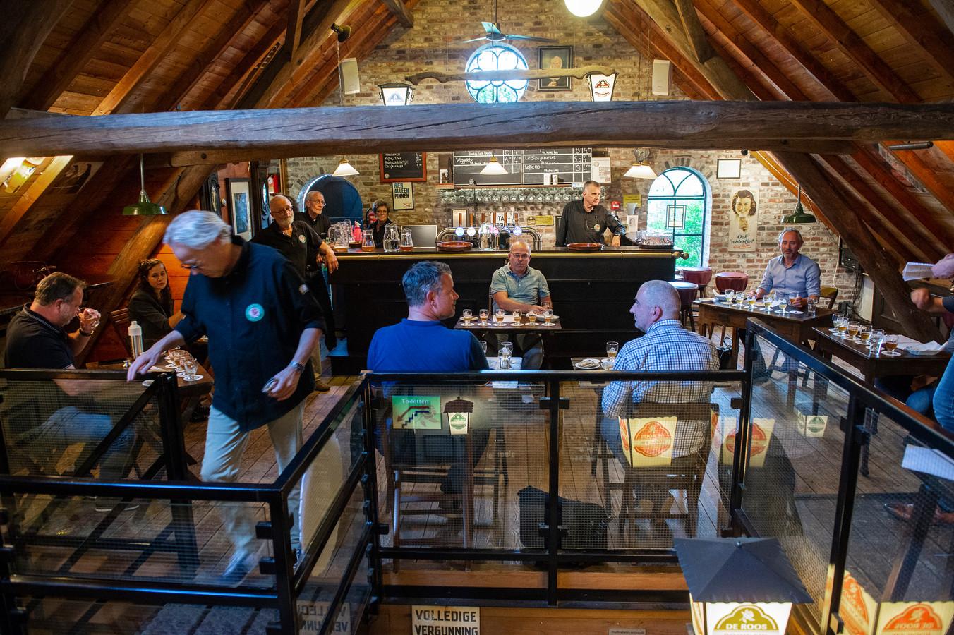 In museumbrouwerij De Roos is uiteraard een tap met eigen bier. Hier is de jury van Brabants Lekkerste Bier.