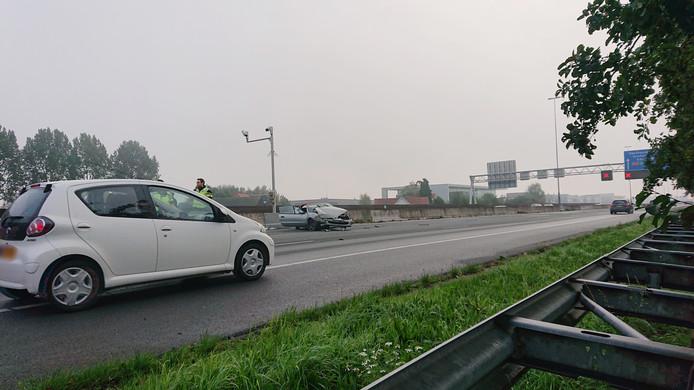 Een personenauto botste zondagochtend rond 09.15 uur door onbekende oorzaak tegen de vangrail op de A12 tussen Veenendaal en Ede.