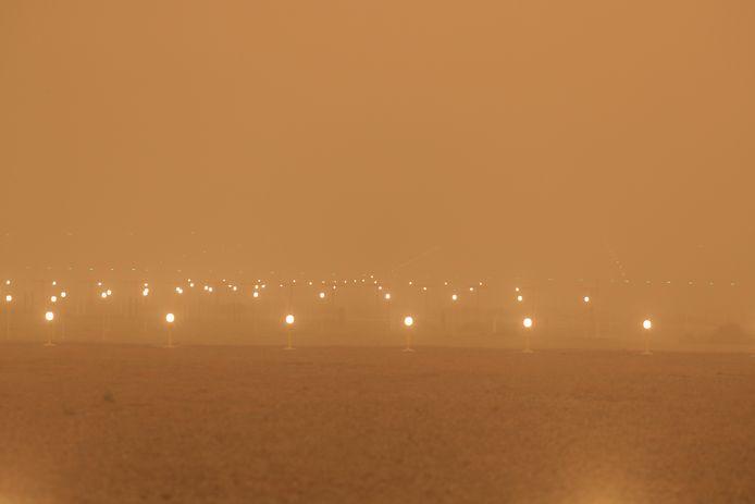 Het vliegveld van Las Palmas wordt door het zand aan het oog ontrokken.