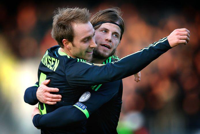 Lasse Schöne omhelst Christian Eriksen na een doelpunt bij Ajax.