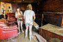 Inwoners van Pepinster ruimen puin.