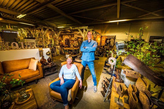 """Frank Slot en zijn vrouw Monique in een van de hallen vol meubels, verlichting en woonaccessoires. """"We zijn een sterk tandem"""", verzekert Frank."""