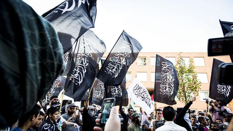 Pro IS-demonstranten tijdens een protest in de Haagse Schilderswijk. Beeld anp
