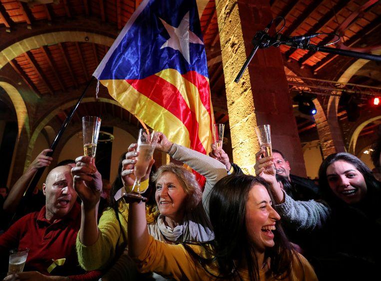 ►Vreugde donderdag onder de Catalanen in Barcelona, toen een meerderheid zich in de regionale verkiezingen uitsprak voor afsplitsing. Beeld REUTERS
