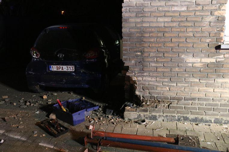 Ook een tweede gevel en het geparkeerde voertuig raakte aanzienlijk beschadigd.