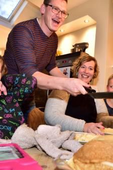 Zo staat vader Jelle 24 uur lang achter de koekenpan voor dolfijntherapie dochter Ive