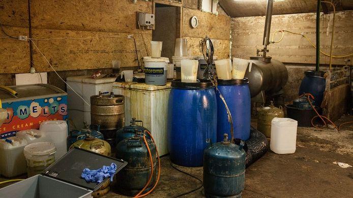 In een drugslab in Odijk werden naast duizenden kilo's hasj ook grondstoffen voor xtc gevonden.