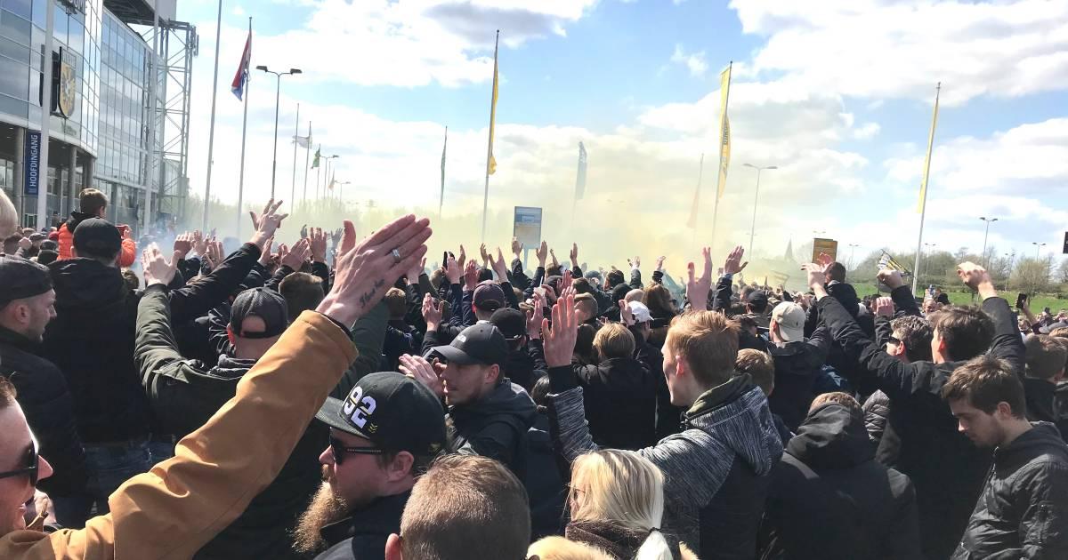 Duizenden Vitesse-fans zwaaien spelersbus uit bij GelreDome