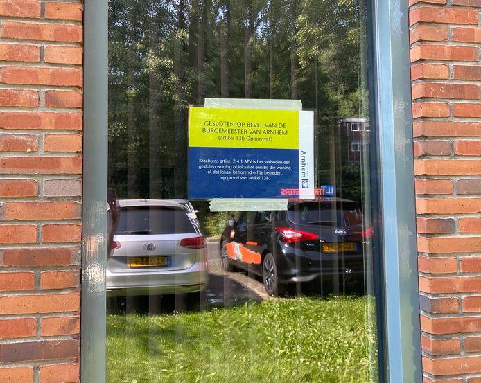 Woensdagmiddag werd een drugspand in het Arnhemse Presikhaaf door de gemeente gesloten. Een van de aanwezige handhavers plakte deze melding op het raam van de woning.
