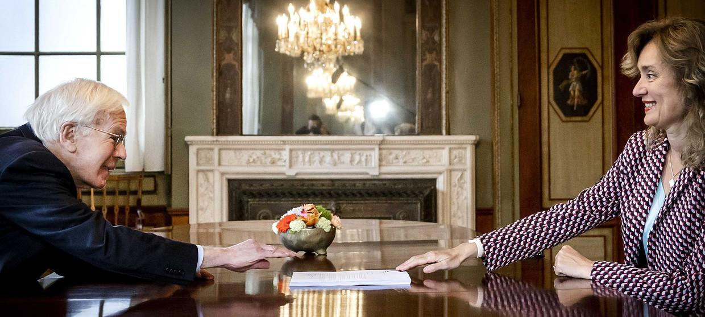 Informateur Tjeenk Willink overhandigt vrijdag zijn eindverslag aan Kamervoorzitter Vera Bergkamp. Beeld Remko de Waal / ANP