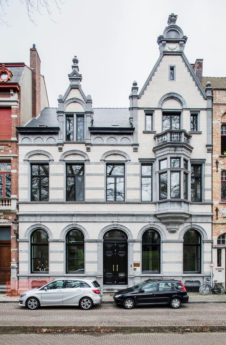Het laat-19de-eeuwse pand aan de Brugse Vesten werd van kop tot teen onder handen genomen. Hoeven zelf woont op de zolderverdieping met zijn gezin. Beeld Senne Van der Ven
