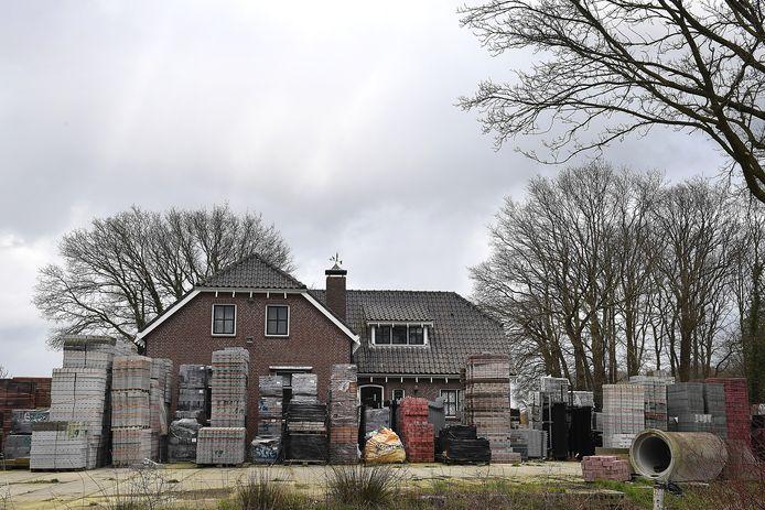Aan deze illegale opslag van stenen zou met de oplossing voor het bedrijf van Ben Litjens een einde komen.