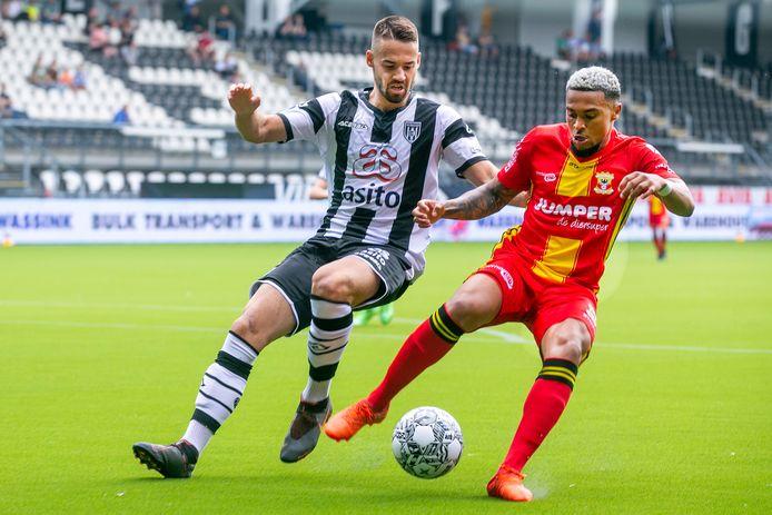 Heracles Almelo-speler Marco Rente (links) probeert Dabney Dos Santos van de bal te krijgen.