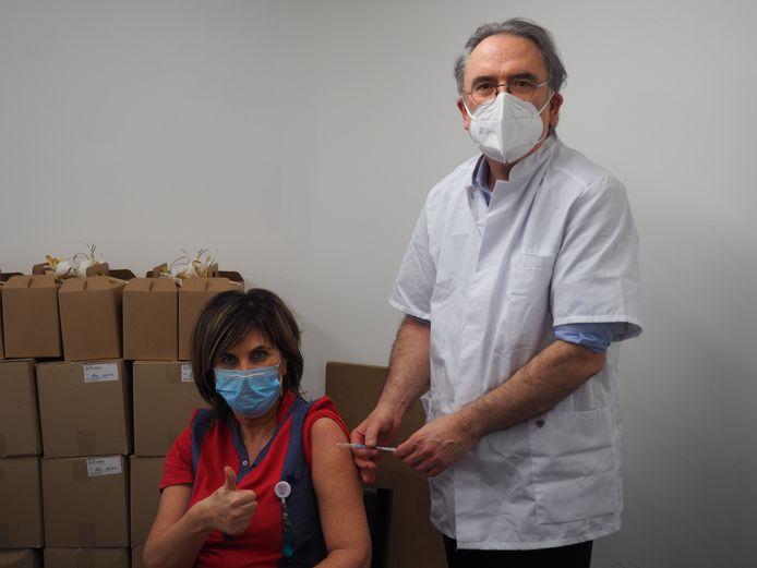 Arbeidsgeneesheer dr. Ralph Corbey vaccineert hoofdverpleegkundige Anja Gheysens.