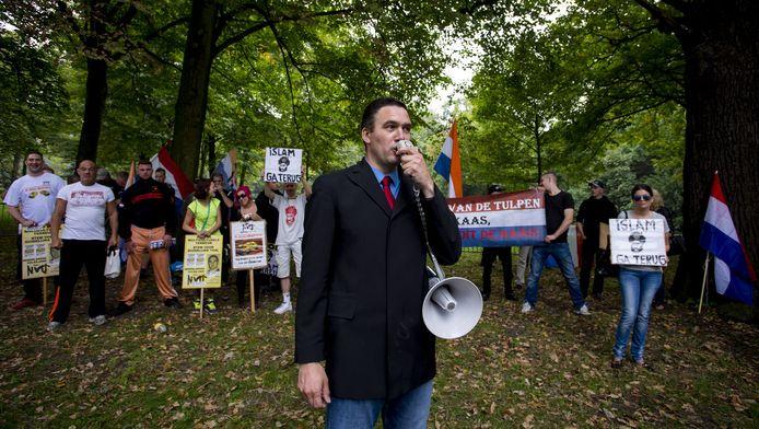 Constant Kusters, leider van de Nederlandse Volks-Unie (NVU), spreekt tijdens de demonstratie in Den Haag. in 2014.