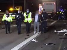 Duitse politie is ramptoeristen spuugzat, filmer uit auto gehaald en naar crash gebracht